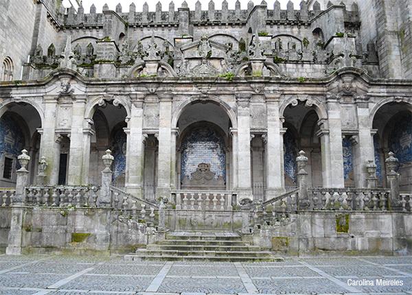 A Sé do Porto foi construída entre os períodos da arquitetura românica e gótica, possuindo traços dos dois estilos. Contudo, a fachada lateral foi modificada na época barroca, sendo acrescentada uma galilé.