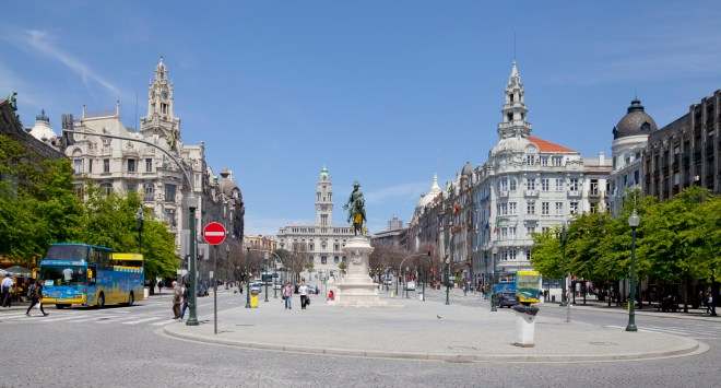 Na praça, que é do século XVIII, podemos encontrar o Palácio das Cardosas e vários bancos, hotéis e restaurantes.