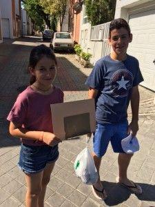 Los niños con ayuda para el mendigo
