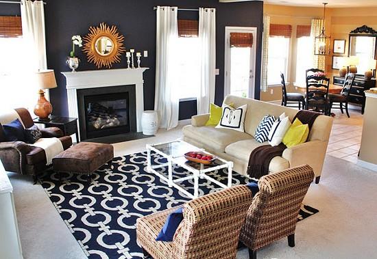 living com tapete azul e branco estampado