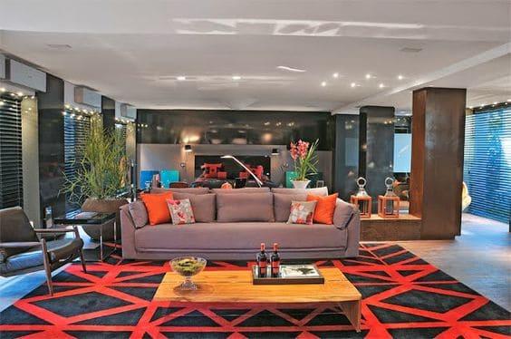 tapete estampado geometrico preto e laranja na sala