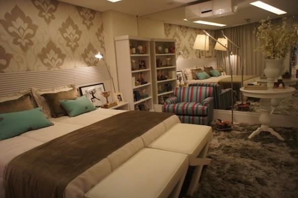poltrona listrada no quarto moderno