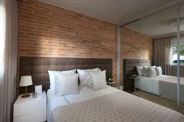 06 quarto simples com tijolo de demolicao na cabeceira