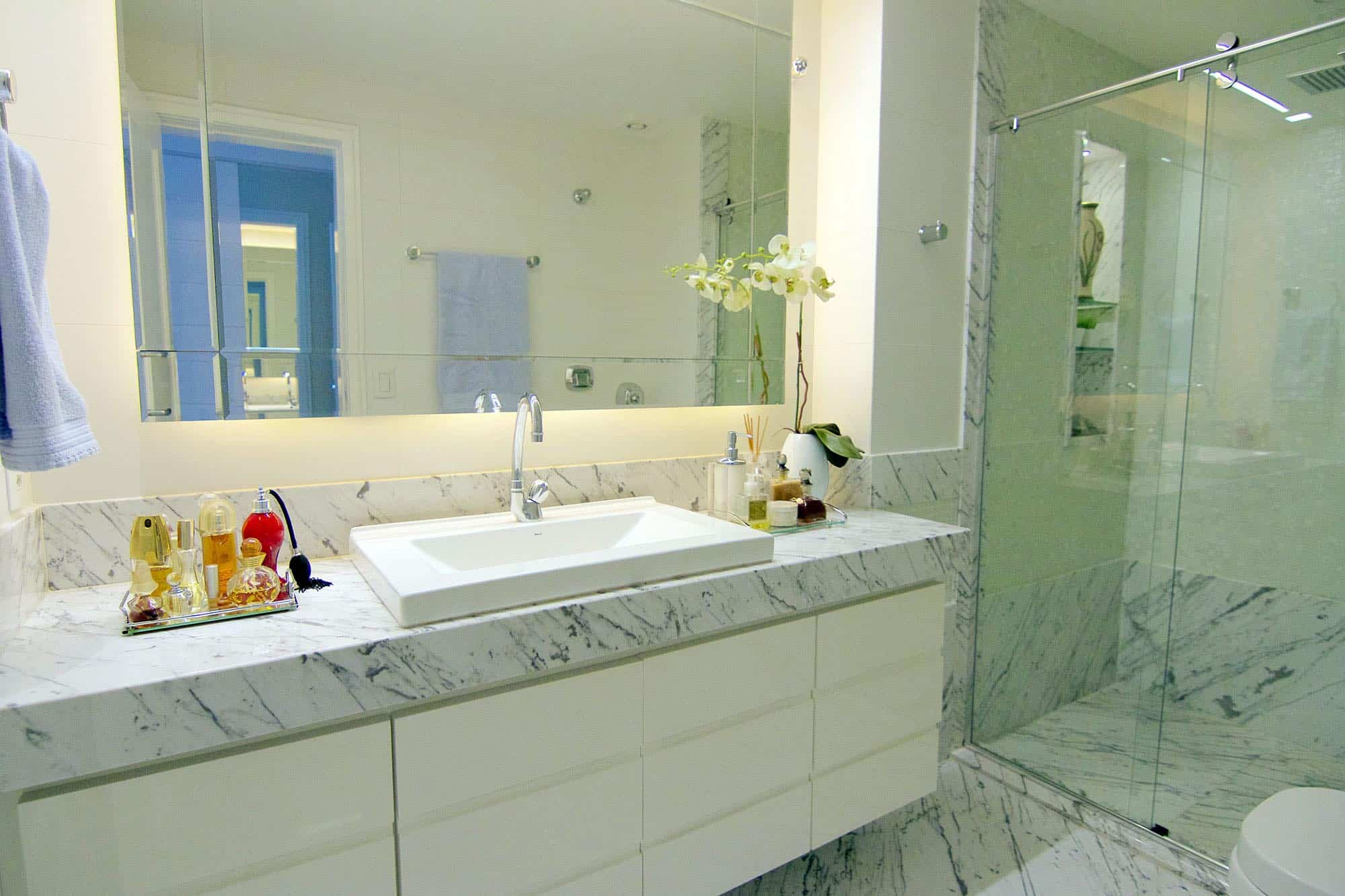 Tipos de pedras mármore e granitos brancos para cozinhas e banheiros #456E85 2000x1333 Banheiro De Marmore Branco
