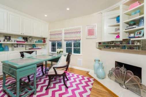 escritorio feminino com decoracao de chevron rosa no tapete