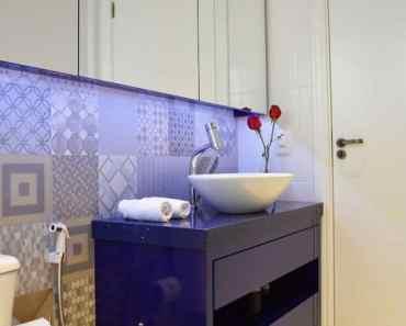 movel azul escuro para banheiro moderno