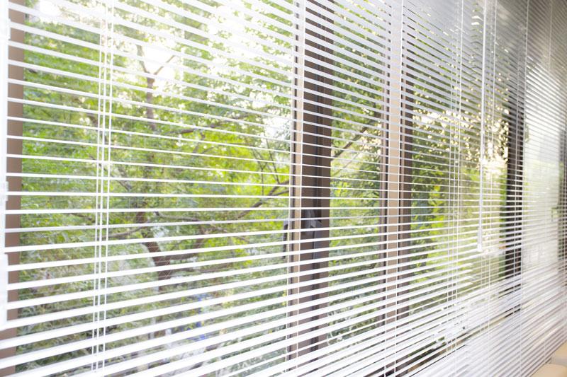 Habillez vos fenêtres avec le store vénitien ! - Constructeur travaux - Store Venitien Pour Porte Fenetre Pvc