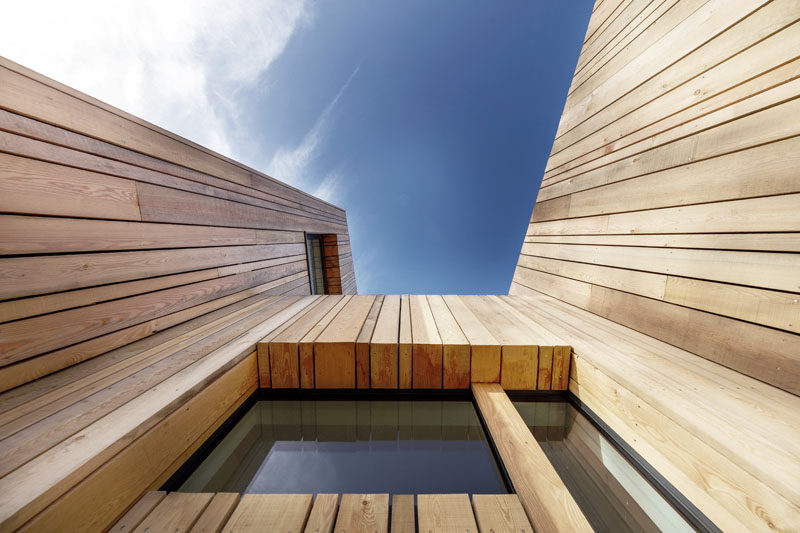 Vertical Wood Siding Covers This Contemporary Holiday - Holzfassade Modern