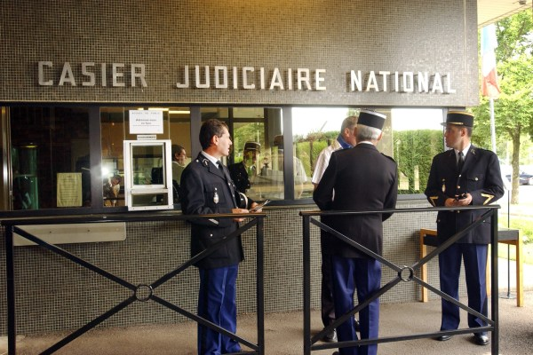 7777130731_des-gendarmes-devant-le-casier-judiciaire-national-a-nantes-en-2005-illustration