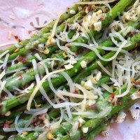 Spicy Roasted Asparagus with Garlic and Mozzarella Cheese