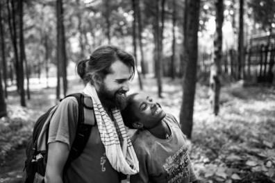 Abrazando a las personas, olvidando la lepra alegria gambo alegria sin fronteras dr alegria