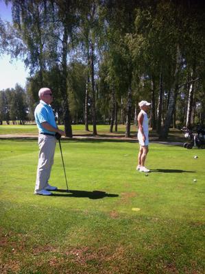 Mamma och pappa på golfbanan.