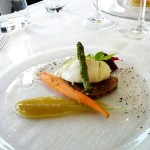 Sotad och gravad biff med pepparrotscrème, karamelliserad lök och inlagda grönsaker.
