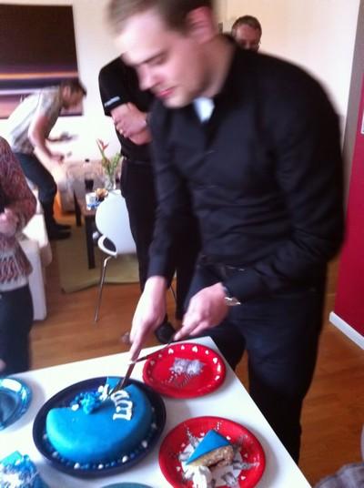 L skär upp tårta åt alla.