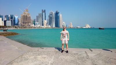 Med Dohas skyline i bakgrunden...