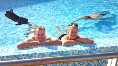 Lillebror och jag med hajen L i vattnet...