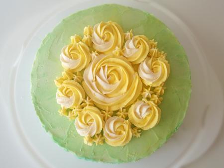 Smörkrämsblommor i gul- och naturellfärgad smörkräm.