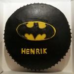 Batmantårta fylld med Turkisk peppar-mousse och hallonmousse, täckt med Ultimate chocolate frosting. Länk