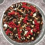 Nutella cheesecake med Oreo cookie-botten, med röda vinbär, Oreos och hasselnötter ovanpå. Länk