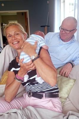 Stolta nyblivna morföräldrar.