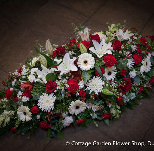 red white casket spray the cottage garden flower shop dunstable 39 s original florists. Black Bedroom Furniture Sets. Home Design Ideas