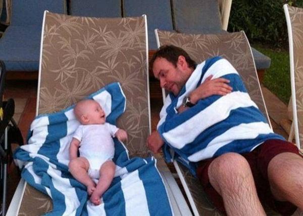 bébé et papa à la plage