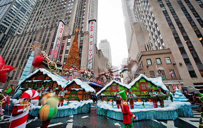 La grande finale de la Parade Macy's 2014, Thanksgiving Day avec les danses des sucres-d'orge, des soldats, et des arbres de Noël (Photo: Bryan Smith for NewYork.com)