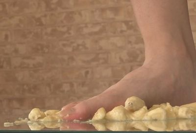 何度も何度も足の指で踏み潰し足指に絡みつくバナナ!