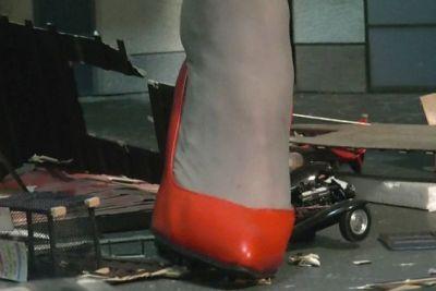「メキメキッ!ガシャッ!」赤いハイヒールで車のプラモデルをクラッシュ!