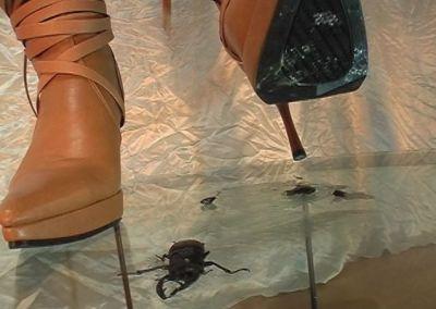 ハイヒールブーツの足裏にまとわりつく白くドロリとした体液がエロス