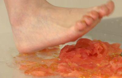 ペースト状のトマトは足指の隙間からぶりゅぶりゅと飛び出してくる柔らかさ