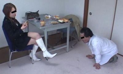 横暴な面接官に専門学生がブチ切れる!食べ物を落としては踏む!