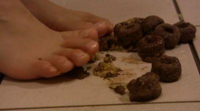 ざくざくしたチョコがかかったスナックを足で踏み潰すスナッククラッシュ!