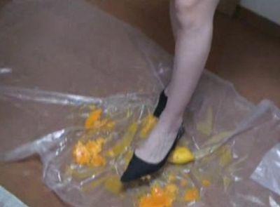 タコだけじゃない。黒ハイヒールでスレンダーな脚のオレンジも過激にクラッシュ