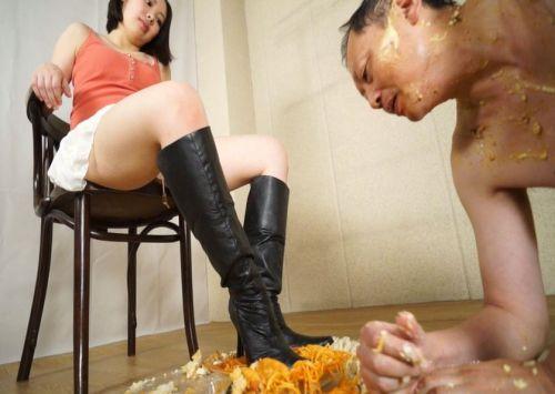 イスに座りながら太ももをたるませてフルーツをフークラする桃原茜