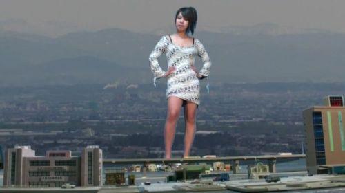 キャバ嬢のようなミニスカ&胸元露出のワンピースで佇む超巨大女!