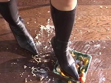ブーツでキャベツを踏み付け壊れそうになってマジでビビる!弁当で汚れるし最悪~!