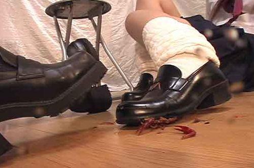 ザリガニクラッシュ!靴底が厚めの珍しい厚めのローファーでザリガニが木端微塵!
