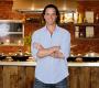 em seu canal Artemperos, ensina receitas fáceis e práticas para quem já cozinha ou está aprendendo a cozinhar.