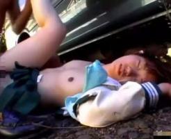 【無修正ガチレイプ動画】野外で手錠されたJKが「股開けよ殺すぞ」と殴られ中出し強姦されてしまう・・・