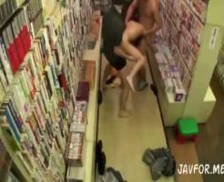 【ロリレイプ動画】本屋で女子高生が「騒いだら殺すぞ」と脅されて2人の鬼畜に輪姦中出しレイプされてしまう・・・