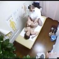 【盗撮レイプ動画】マッサージの施療の流れで手マンで潮吹かされた巨乳妻が鬼畜整体師にレイプされる一部始終を隠し撮りww