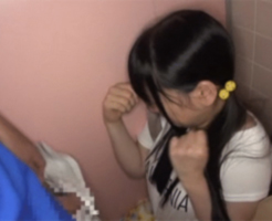 【ロリレイプ】小学生がトイレに入ったのを見計らい乱入してJSの小さな口に無理やりねじ込むイラマチオ!