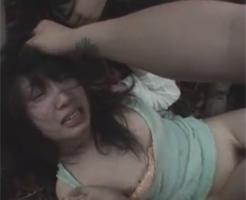 【集団レイプ動画】山奥に拉致し髪を掴んで完全に怯えた女性を次々と中出しとイラマチオを繰り返す胸糞映像!