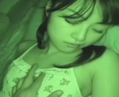 【ロリレイプ】すやすやと眠っているJCの妹を夜這い!起きだしても兄の性欲は止まらずハメ続ける近親相姦・・・