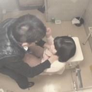 【ロリレイプ】女子トイレの扉をこじ開けて用を足している幼女の細い首を力尽くで絞めつけパイパンまんこを弄る強姦魔!