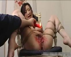 【SM凌辱動画】M字緊縛で身動きできない状態の女が全開マンコを蝋まみれにされ極太バイブで膣穴ぶっ壊れるまで犯される!