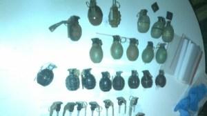 De handgranaten die de politie aantrof in de villa.