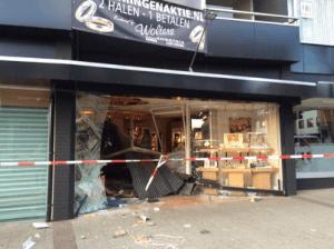 Sieraden buit bij ramkraak juwelier Wolters in Emmen