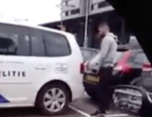 Jongeman plast tegen politieauto in Rotterdam